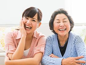 女性と老婦人がこっちを見て笑っている